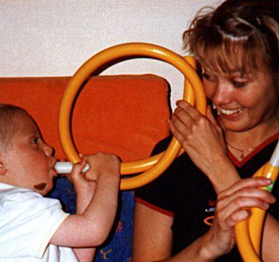 Autistiskt barn med personal spelar flöjt