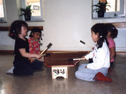 barn spelar amadinda xylofon